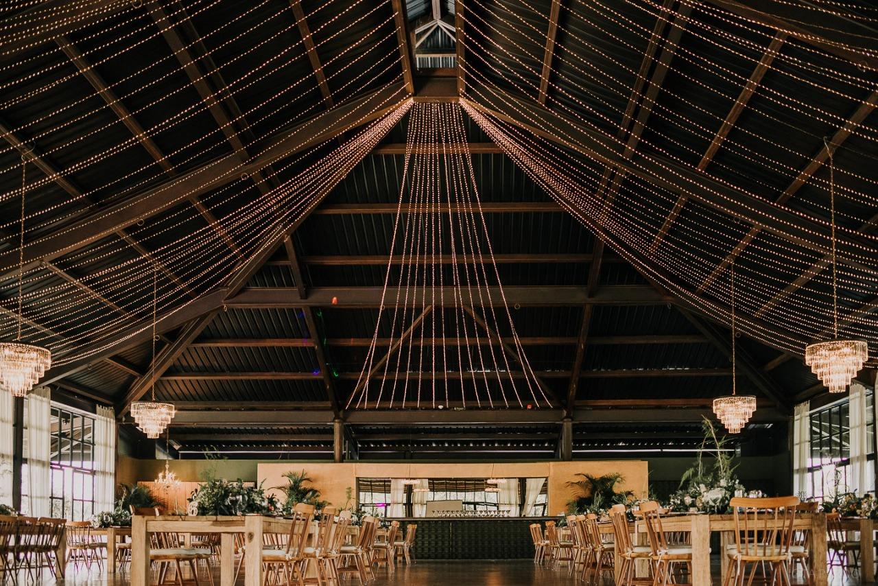 Busca un lugar para fotografía de grupos de boda que no sea en las mesas